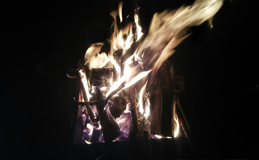 自然・焚火のBGM、プロジェクターで焚火の風景を映す