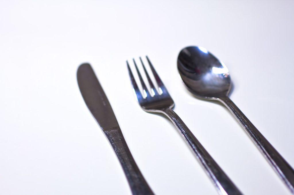 使ったお皿、カトラリーなどをキレイにしておく(拭き取りでもOK)