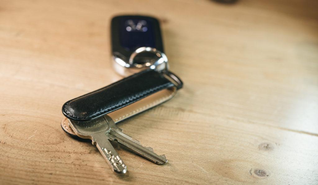 貴重品(財布・スマホ)の管理、車のカギを確認する