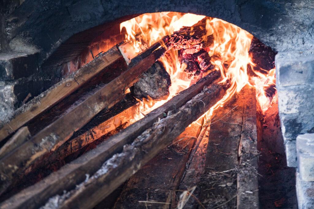 焚火には乾燥した薪を使うこと